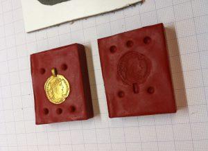 Abformung einer römischen Goldmünze