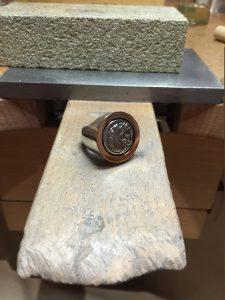 Alexandermünze in einem Ring