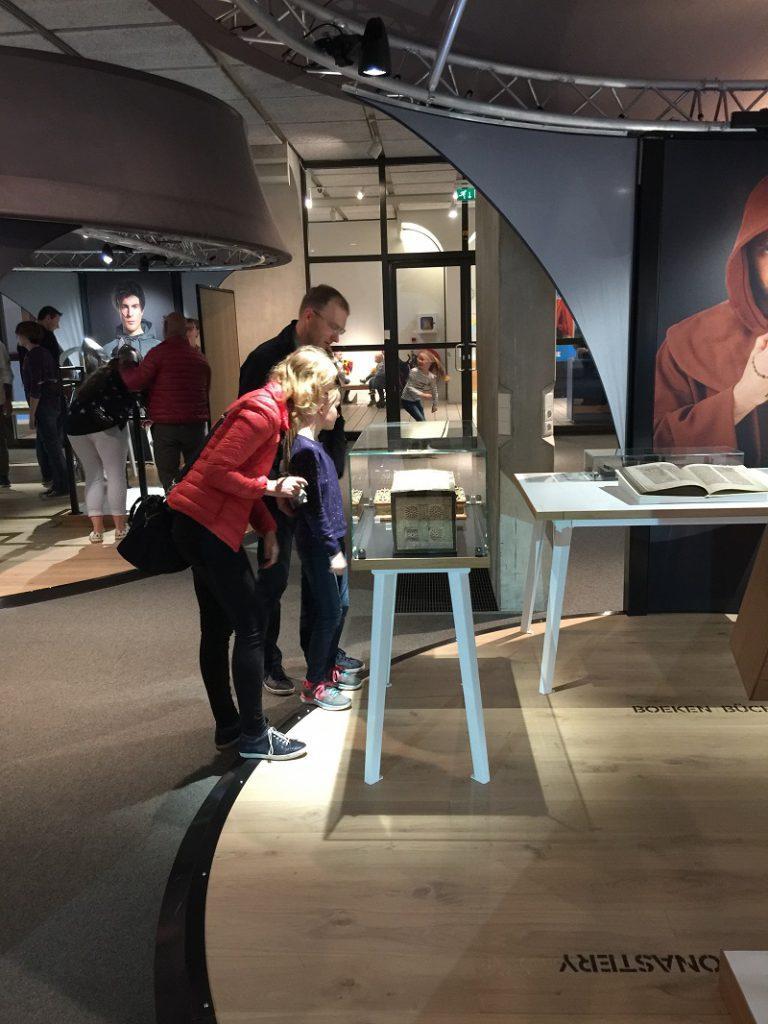 Edelstein-Bucheinband im Museum
