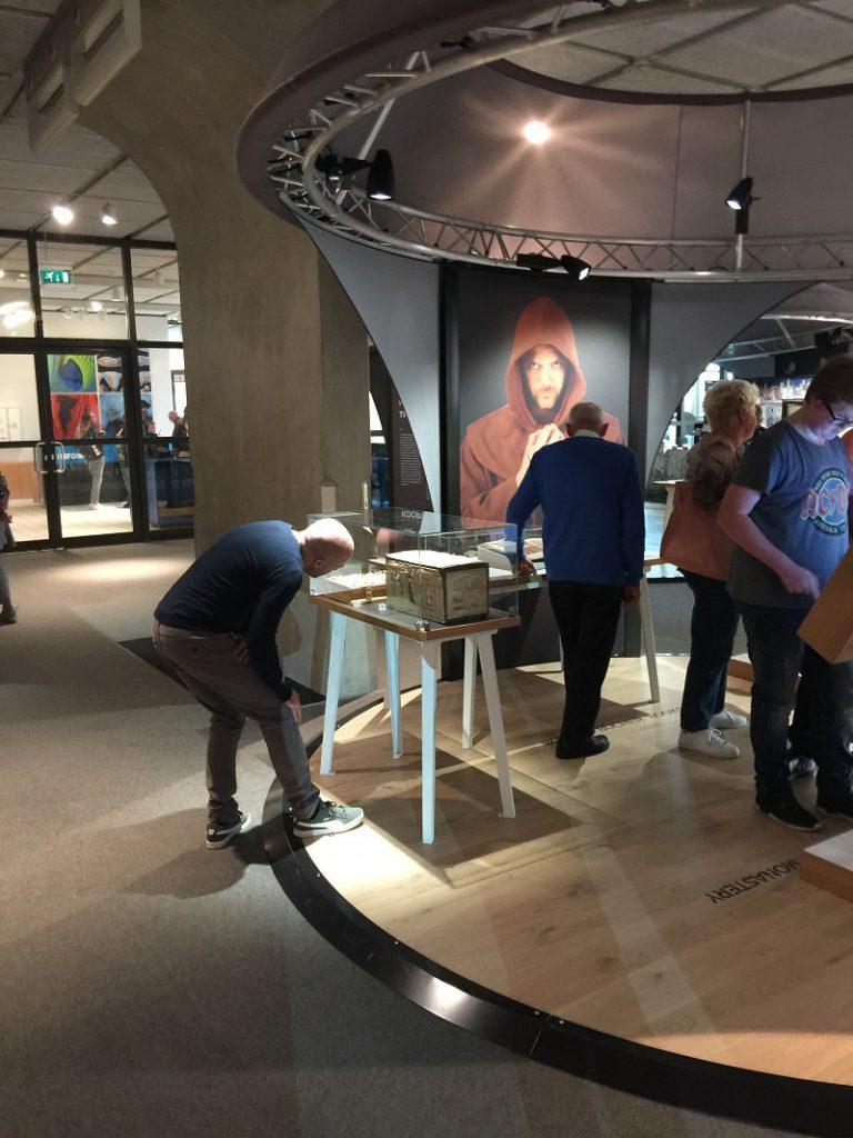 Prunkeinband im Museon in Den Haag