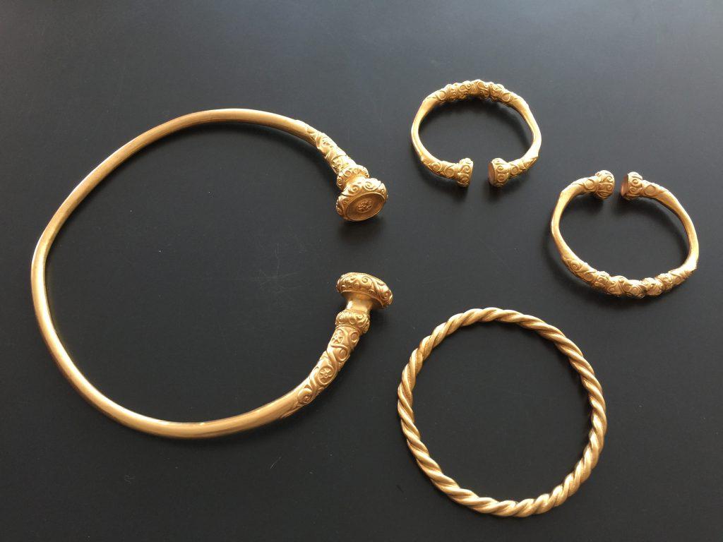 Nachvergoldung einer Replik eines antiken Schmucksets