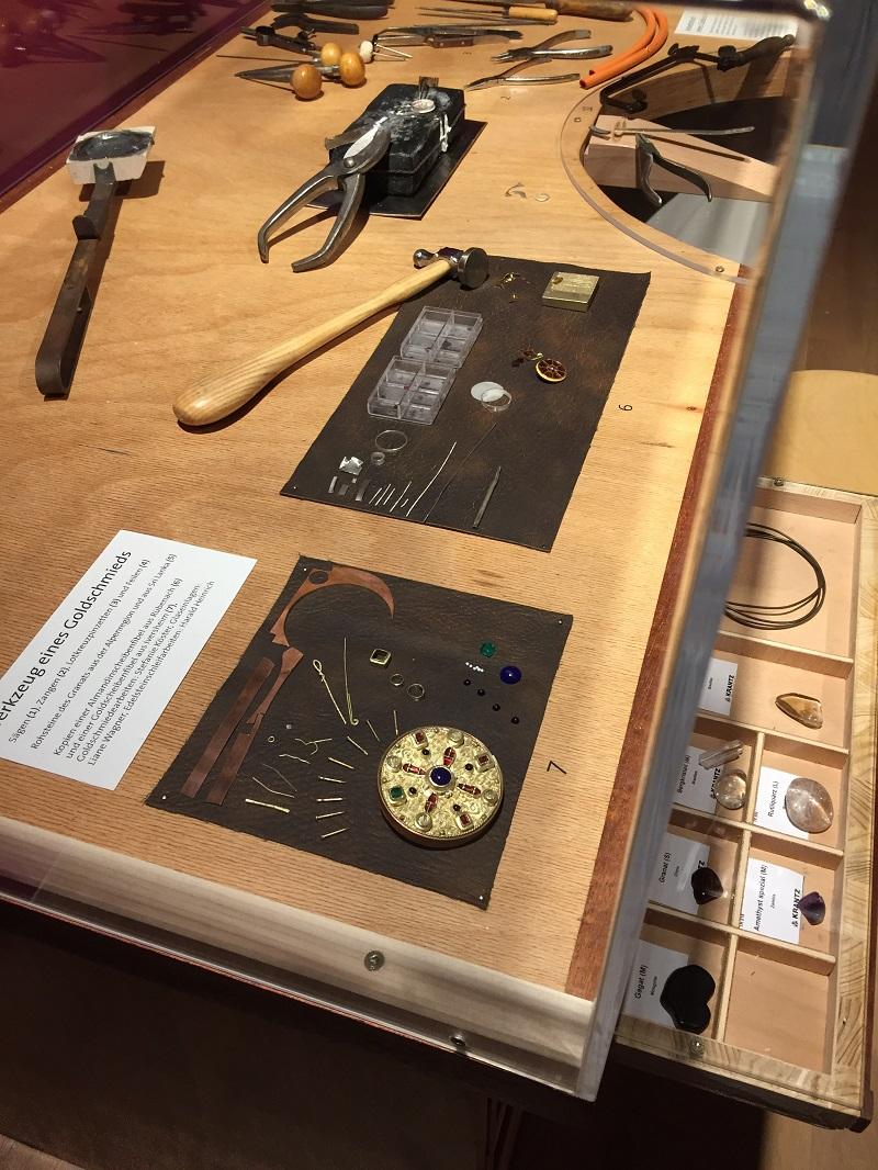 Arbeitstisch eines Goldschmieds im Museum