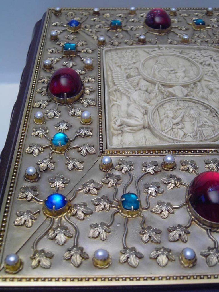 Bucheinband mit Edelsteinen und Perlen
