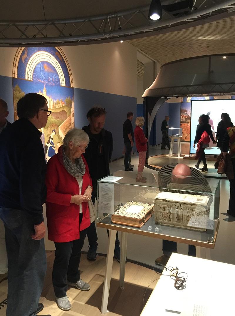 Edelsteinbucheinband in der Ausstellung Middeleeuws Vernuft