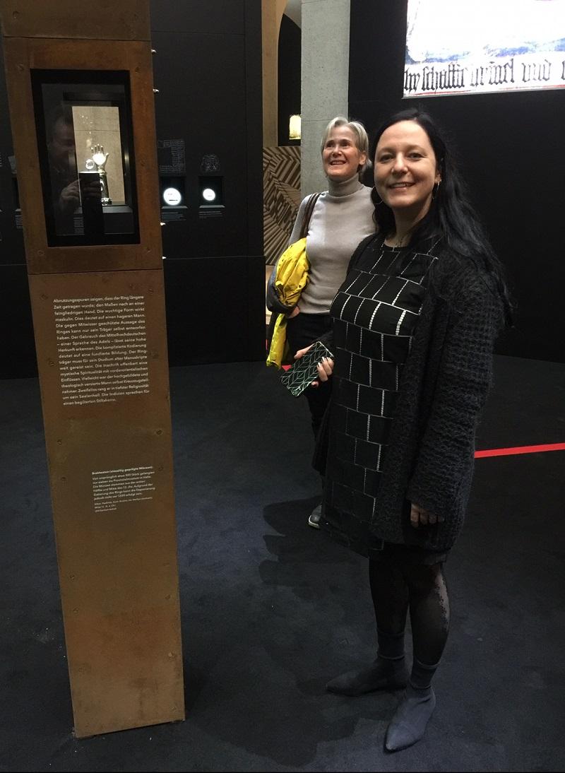 Die Kuratorin der Ausstellung Ringe der Macht