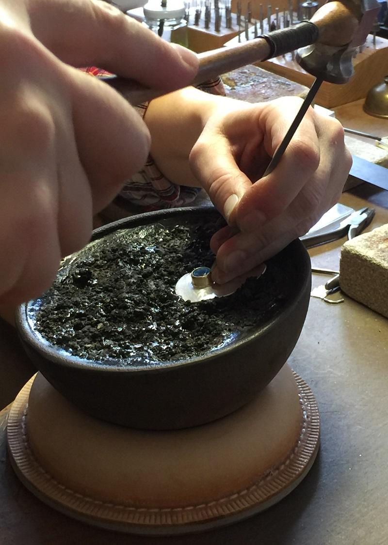 Fassen eines Edelsteins im Wochenendkurs Goldschmieden