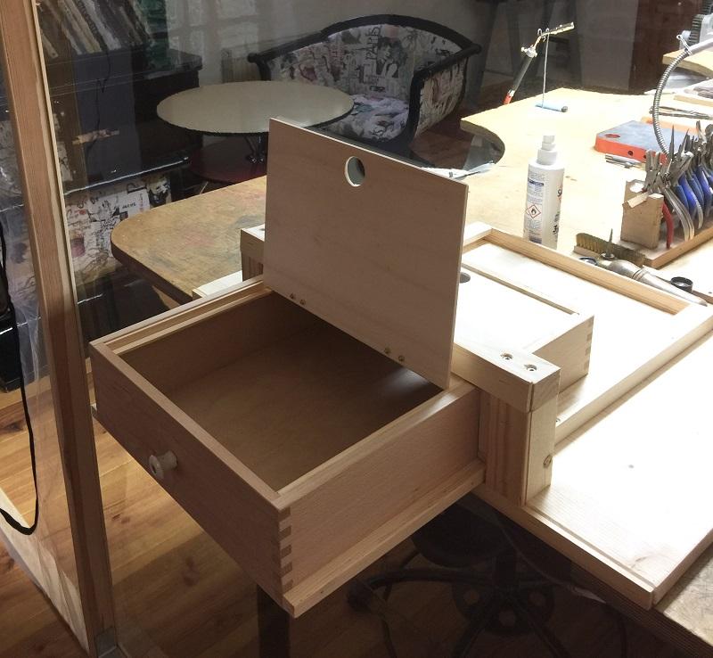 Schublade zur sicheren Schmuckübergabe im Goldschmiedekurs
