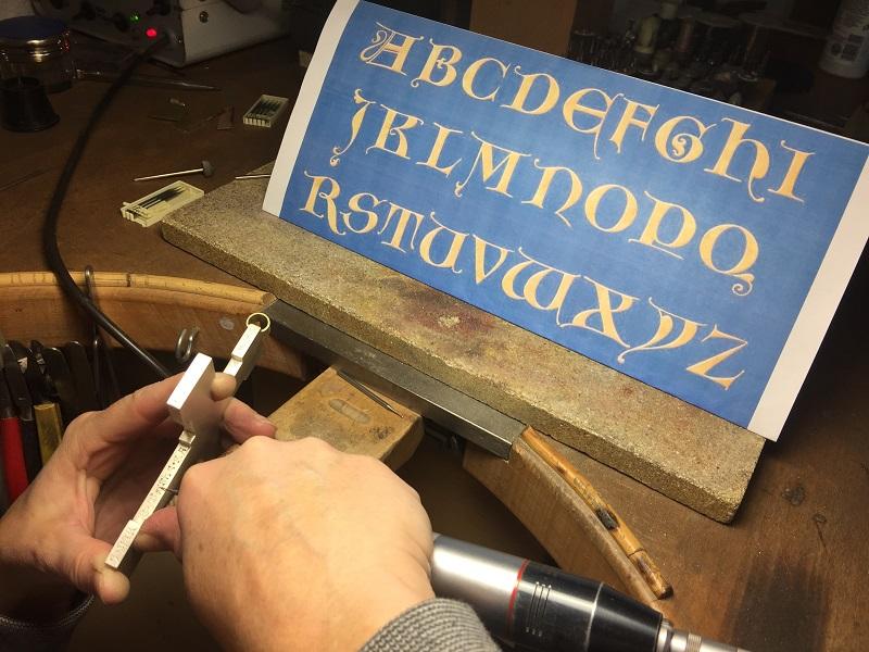 Fräsgravur einer gotischen Umlaufschrift