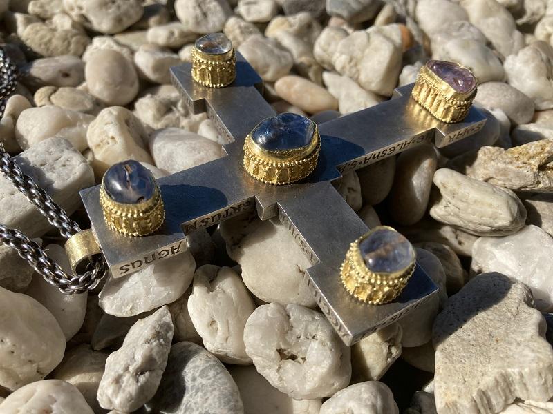 Saphire mit mittelalterlichen Arkadenfassungen