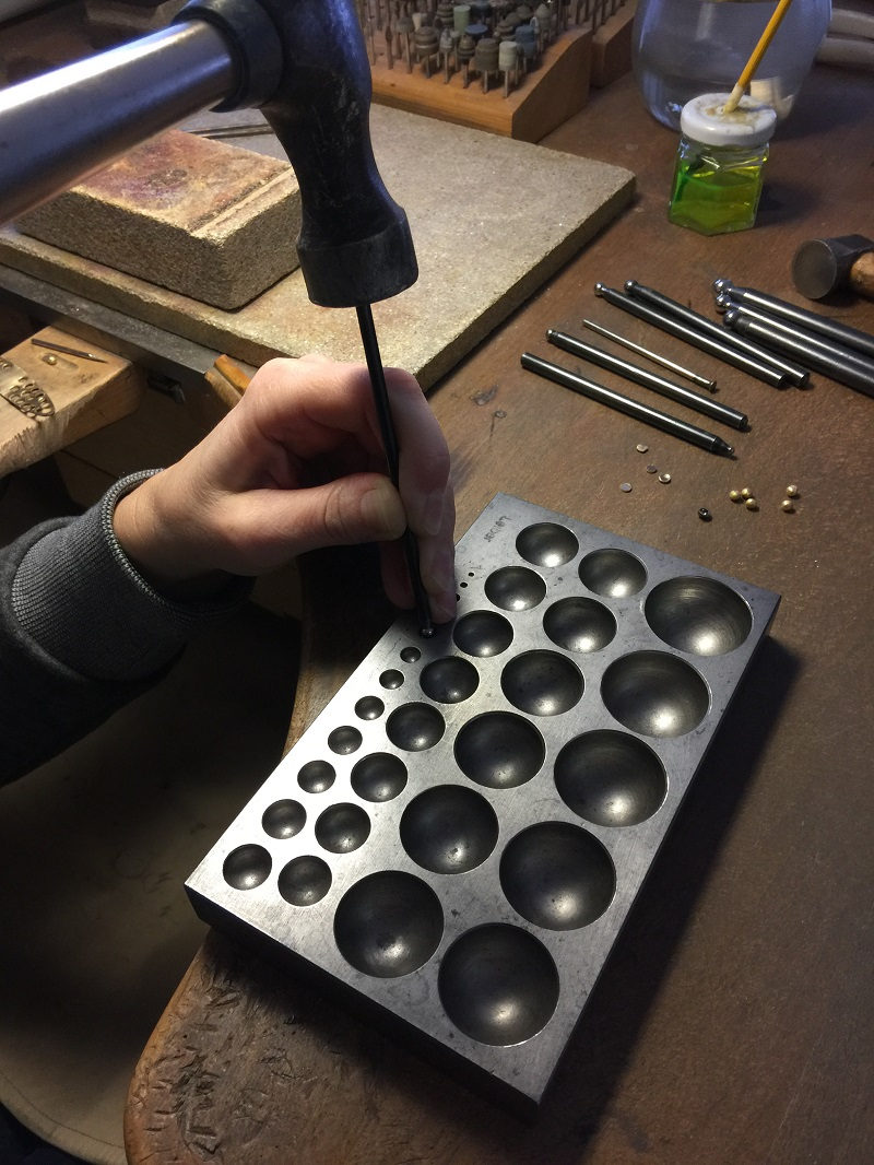 Anfertigung der Goldkügelchen für die römischen Ohrringe