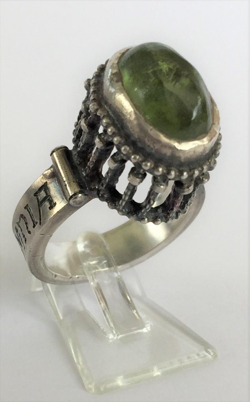 010501 Ring Silber Mittelalter Arkadenfassung Peridot Olivin