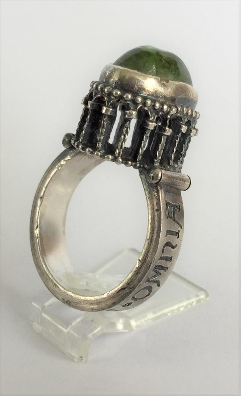 010502 Ring Silber Mittelalter Arkadenfassung Peridot Olivin