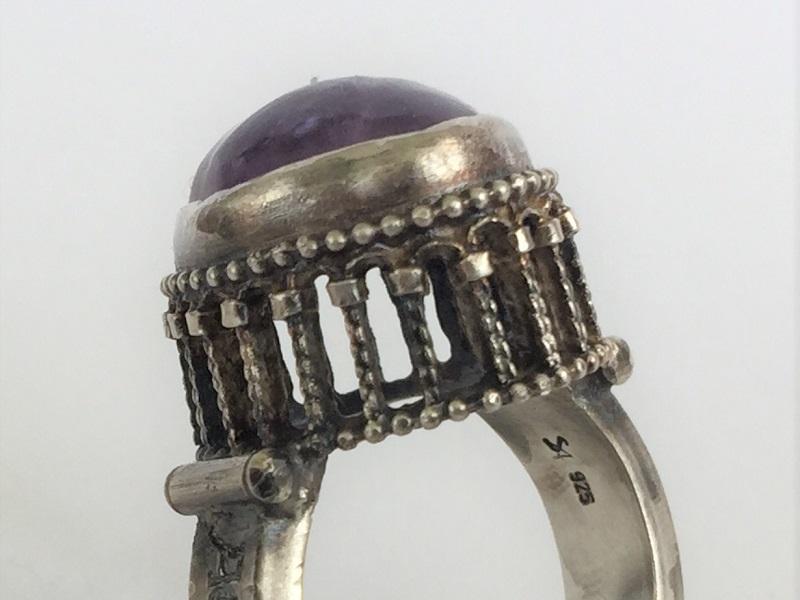 Unikate Ring mit Arkadenfassung und Kapitellen